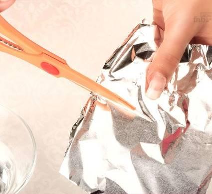 Alüminyum folyoyu parmağı kaplayacak büyüklükte parçalara ayırın
