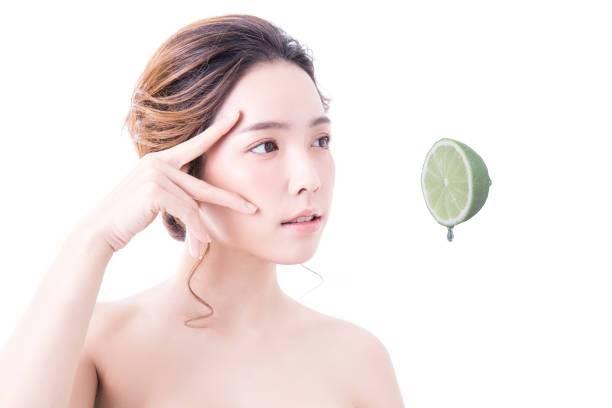 cildin rengini açmak ve lekeler için limon yağının cilde faydaları