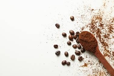bacaklardaki ölü deriyi temizlemek için kahve telvesi ile peeling yapımı